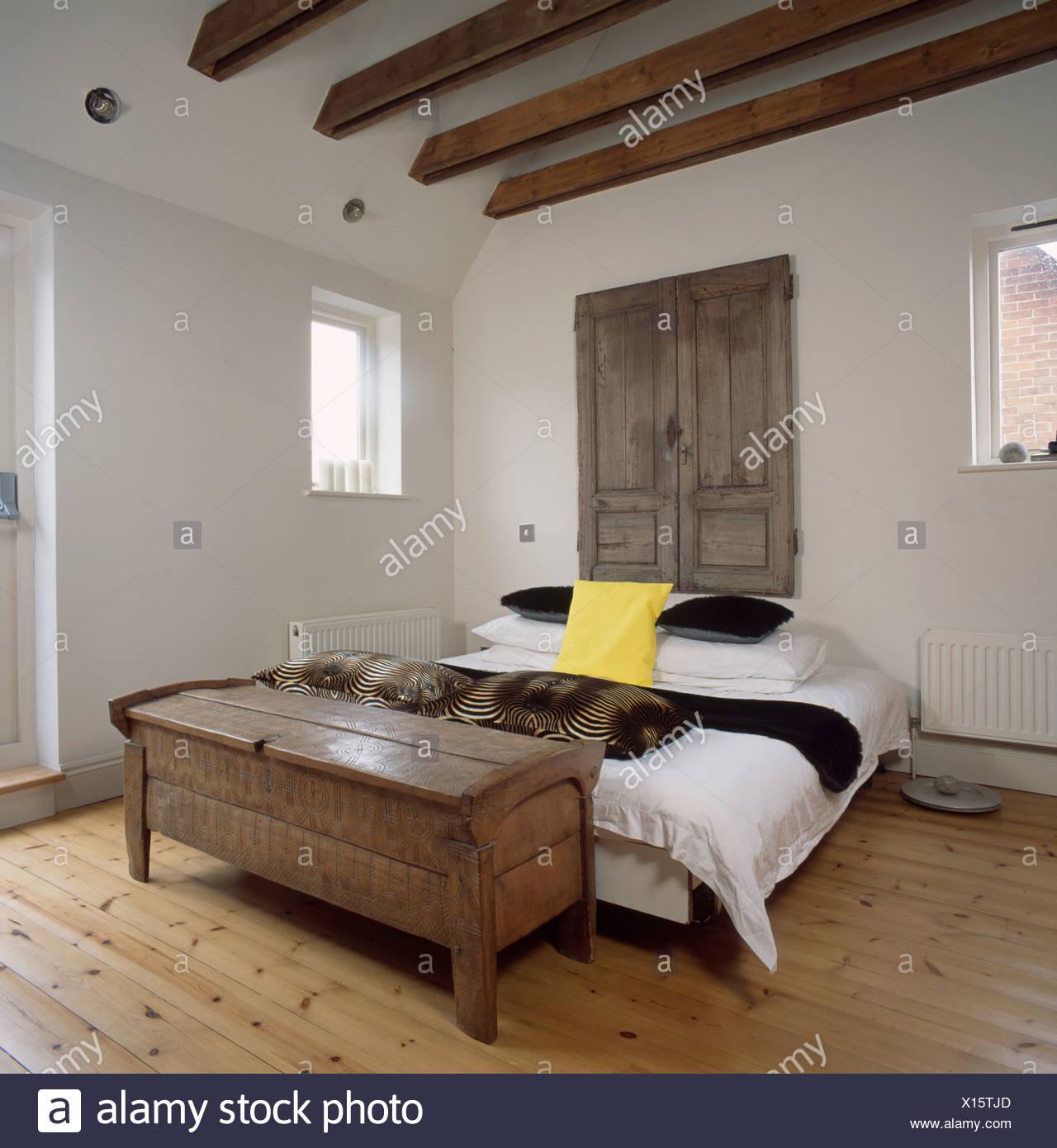 Armario puertas antiguas de madera encima de la cama en el dormitorio blanco simple con muebles Muebles de dormitorio antiguos