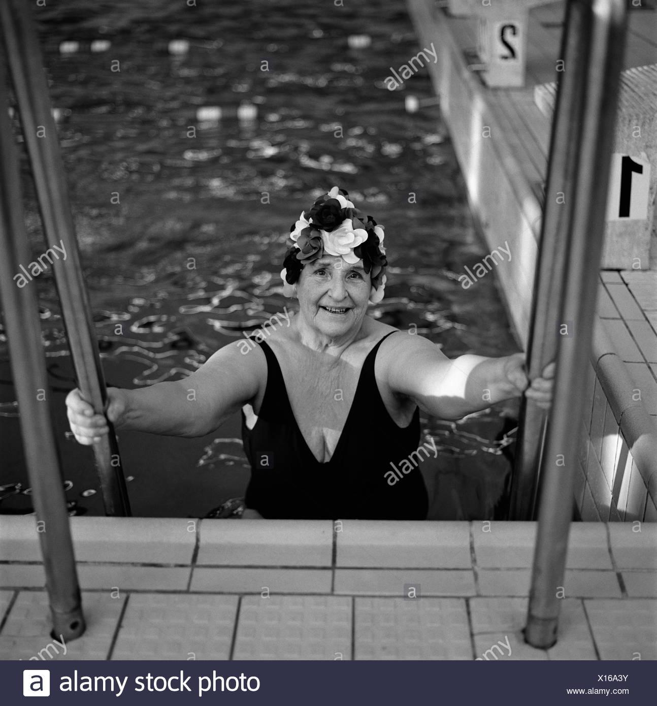 70-74 AÑOS 75-79 AÑOS actividad solo adultos trajes de baño color image anciana ejercer vista frontal interior ocio Imagen De Stock