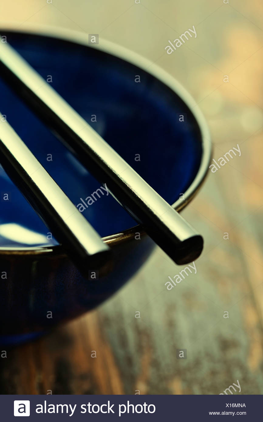 Tazón de estilo asiático y palillos en la mesa Imagen De Stock