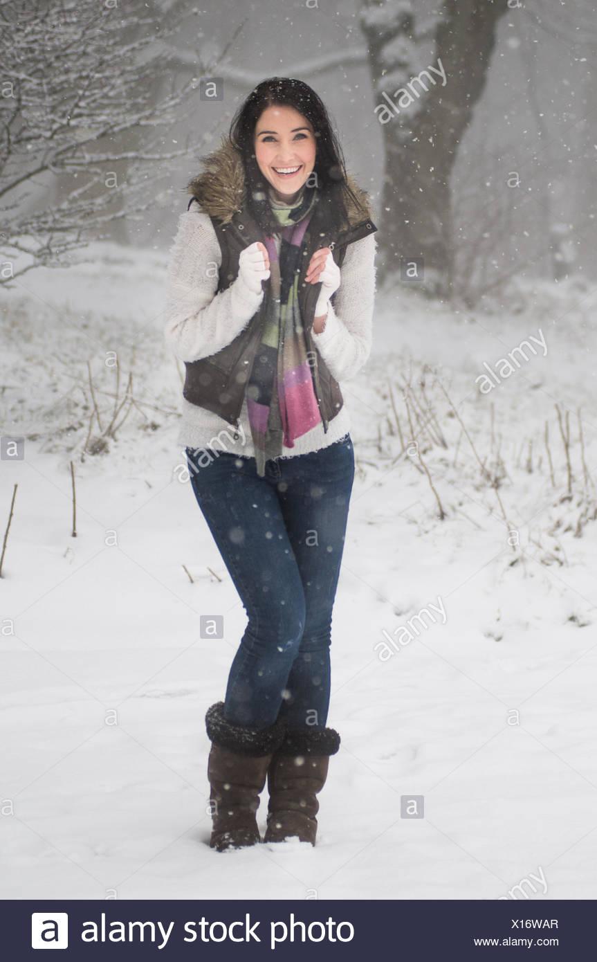 Disparo de longitud completa de la mujer en la nieve Imagen De Stock