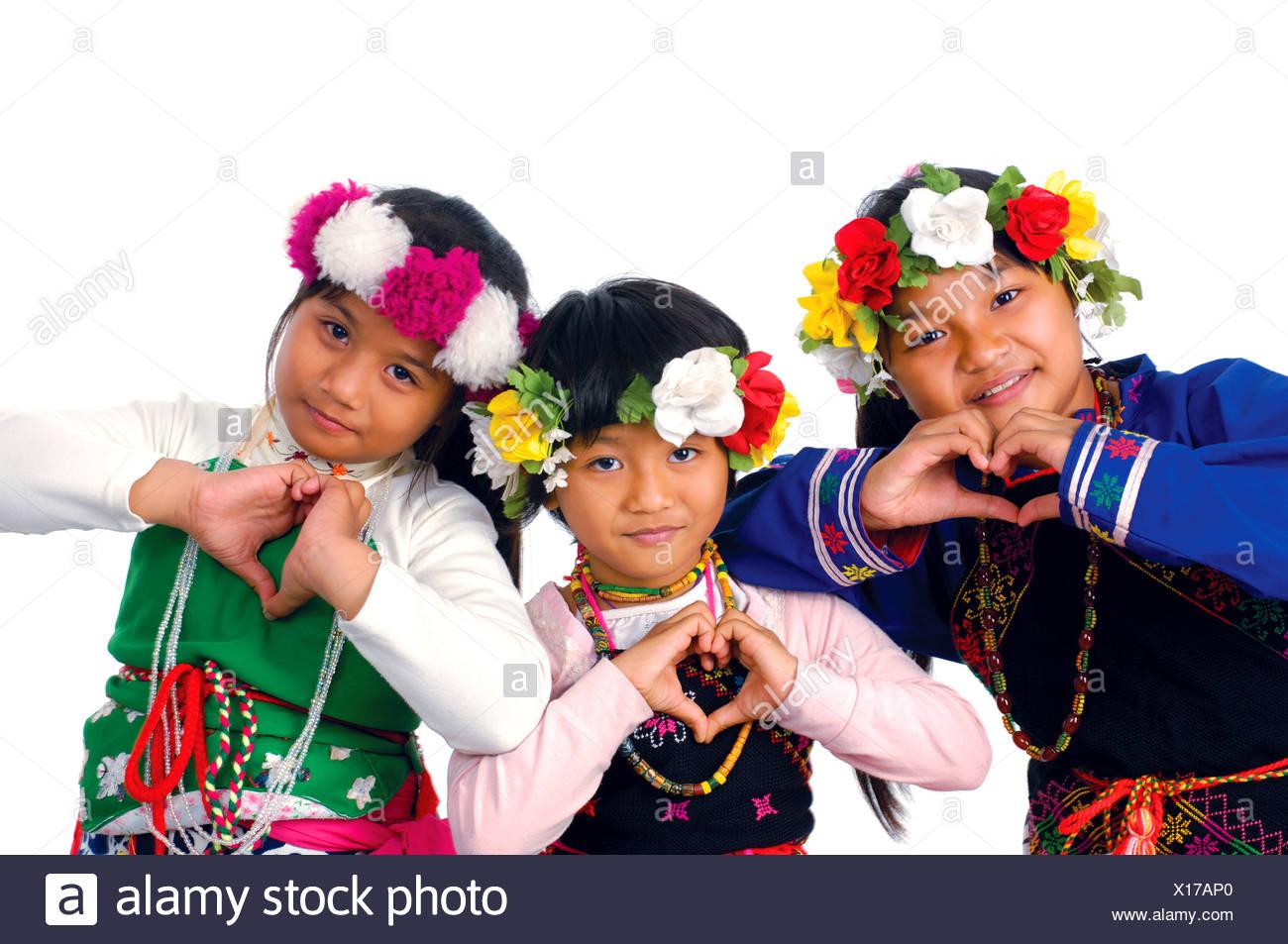 Retrato de tres niñas taiwanesas gesticulando y sonriendo, Taiwán Imagen De Stock