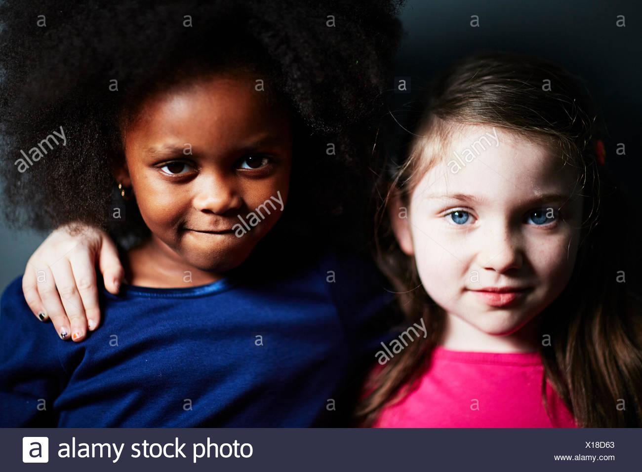 Mejores amigos con uno alrededor del otro brazo Imagen De Stock