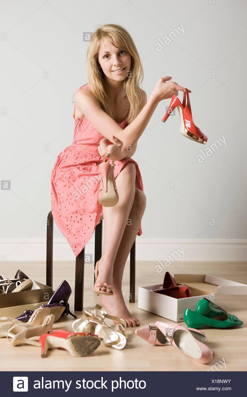 Mujer probándose zapatos Foto & Imagen De Stock: 276173351