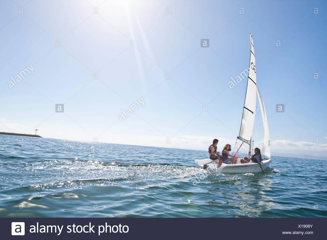 Tres jóvenes amigos navegando desde puerto Imagen De Stock