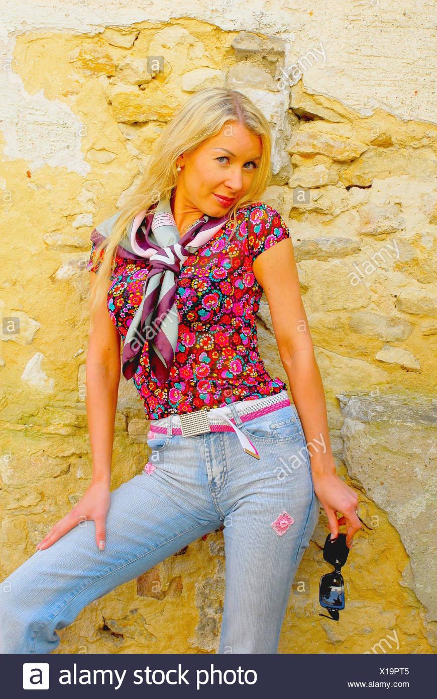 Mujer Blusa Moda Modernidad Moderno Color Jean Pantalones Vaqueros Pantalones Fotografia De Stock Alamy