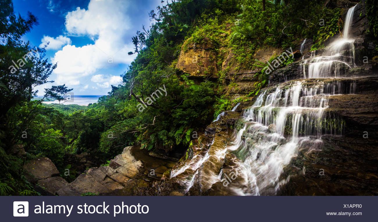 Cascadas sobre rocas, Okinawa, Japón Imagen De Stock