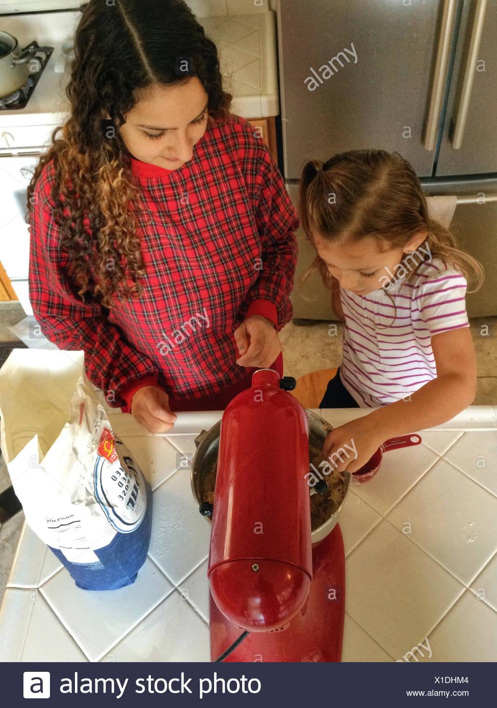 Chica (4-5) cocinar con su mamá Imagen De Stock