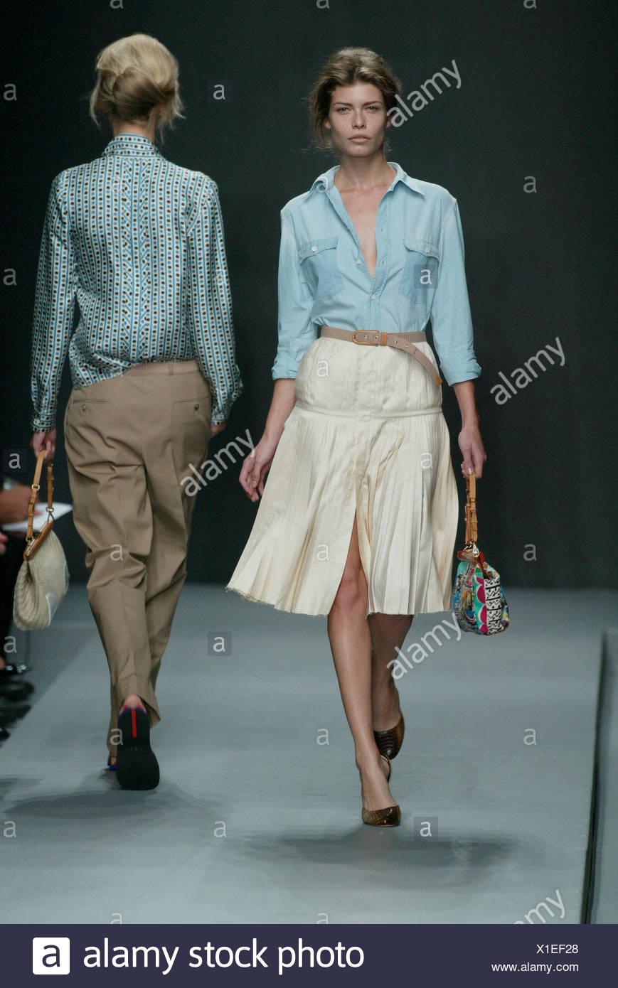 ed82dbc249 Prada Milan listo para vestir primavera verano de dos modelos, uno una  grave expresión corta bob brown vistiendo camisa azul unbuttoned