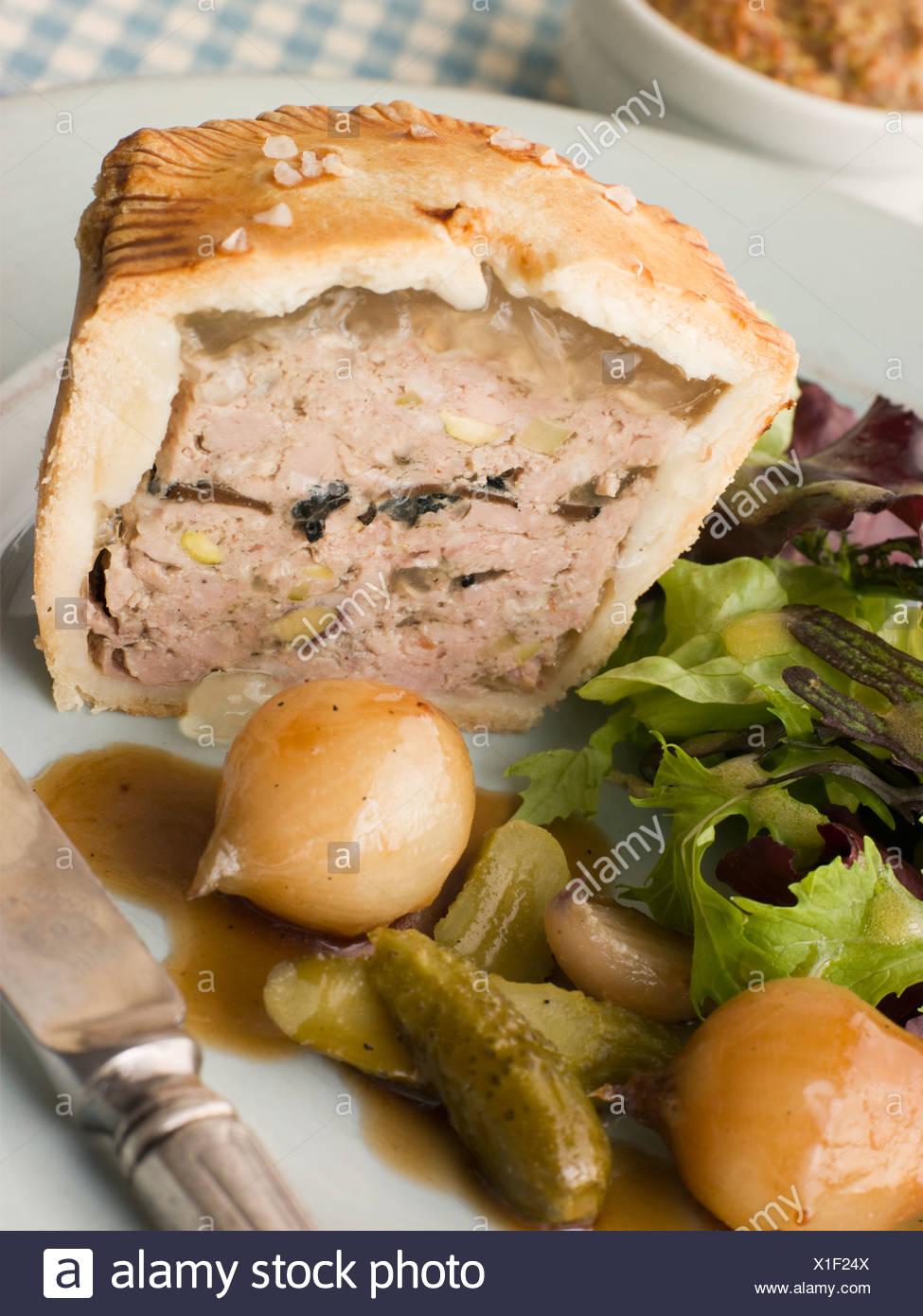 Trufa Negra de cerdo y pastel de pistacho con cebollas y Cornichons Botón acristalada Foto de stock