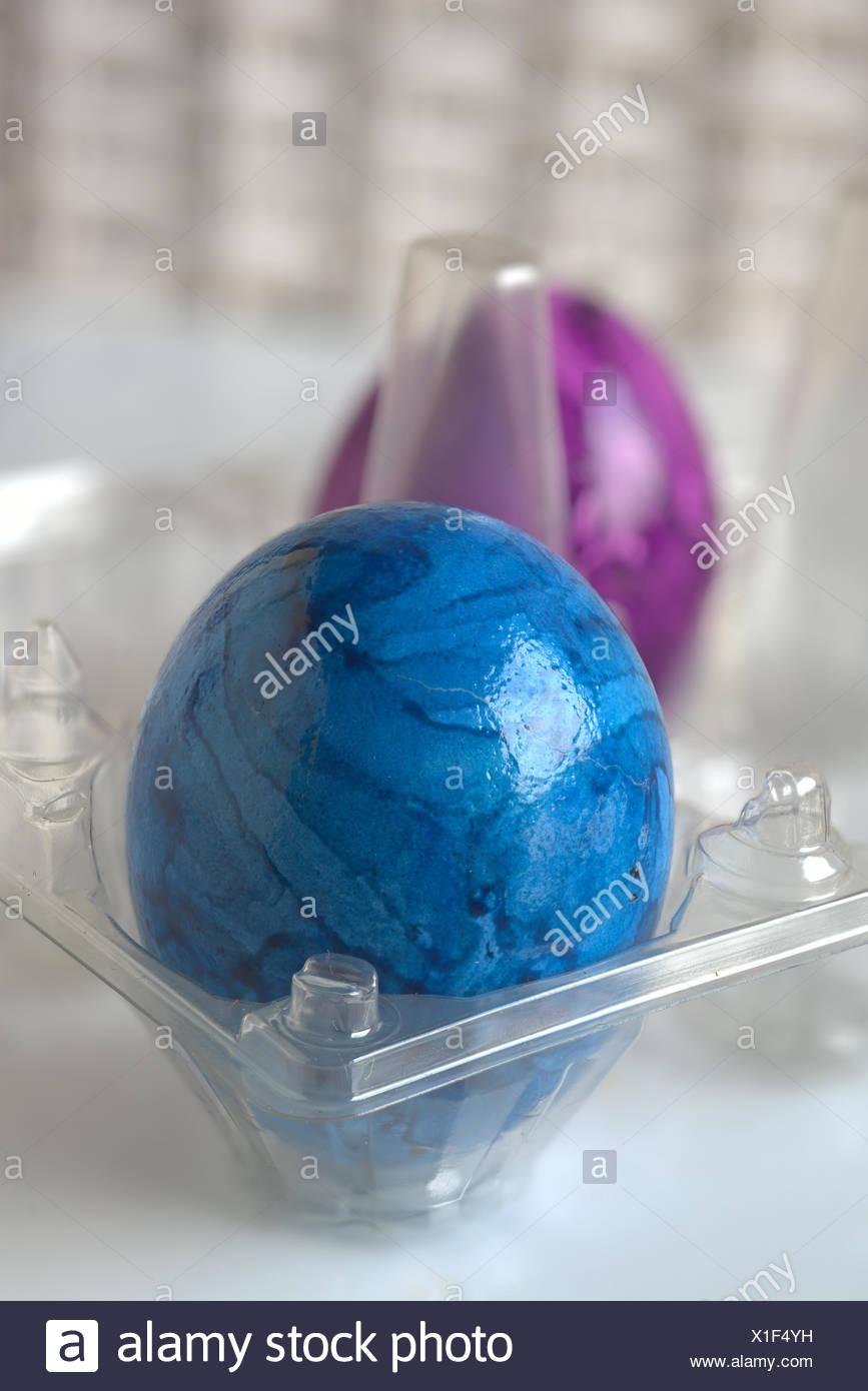 Dos huevos de Pascua en un soporte transparente Imagen De Stock