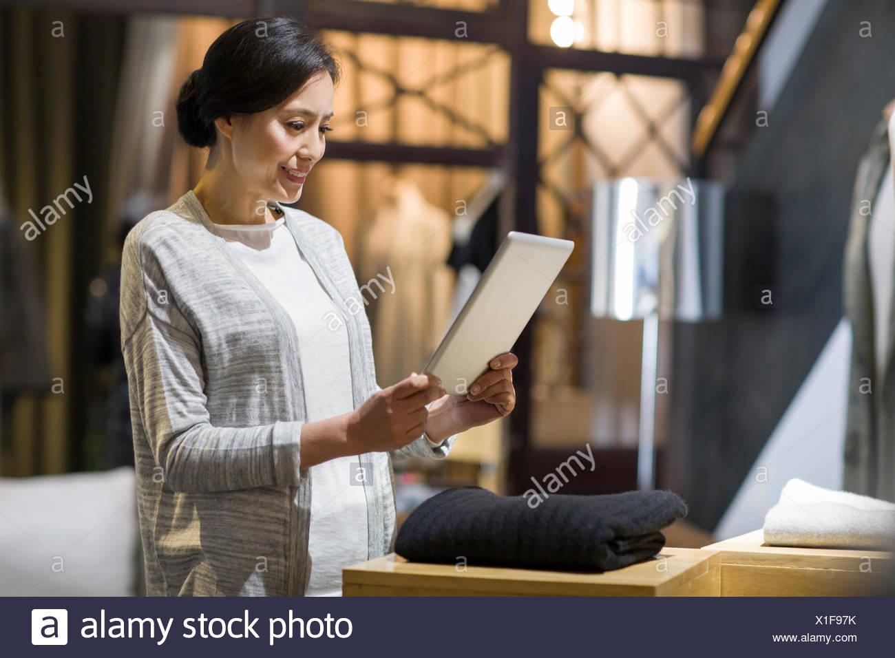 El propietario de una tienda de ropa con la tableta digital Imagen De Stock