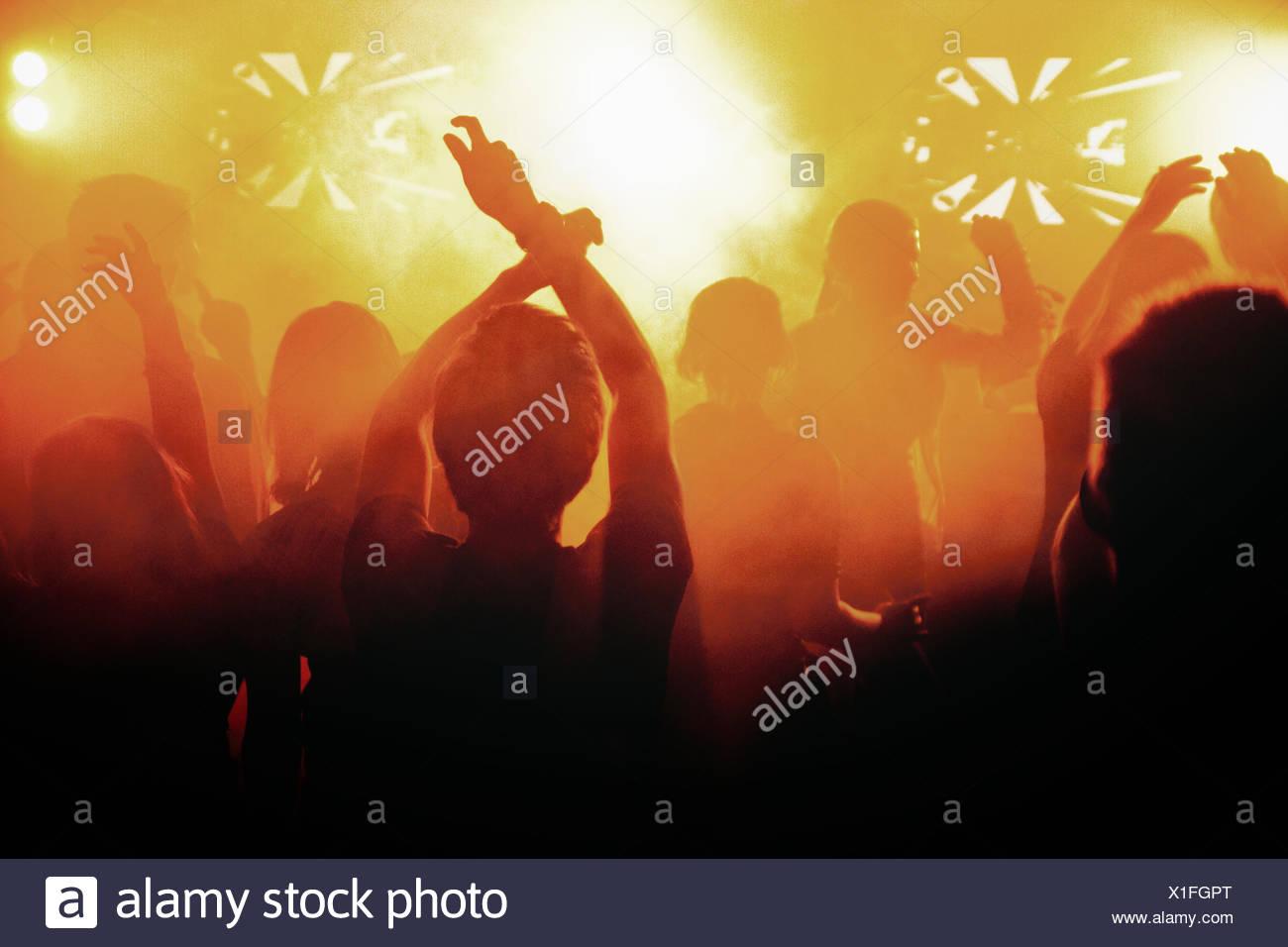 Finlandia, siluetas de gente bailando en concierto Imagen De Stock