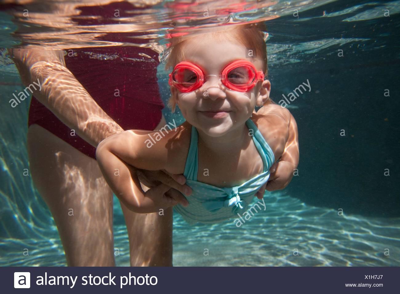 Underwater retrato de niña aprendiendo a nadar Imagen De Stock