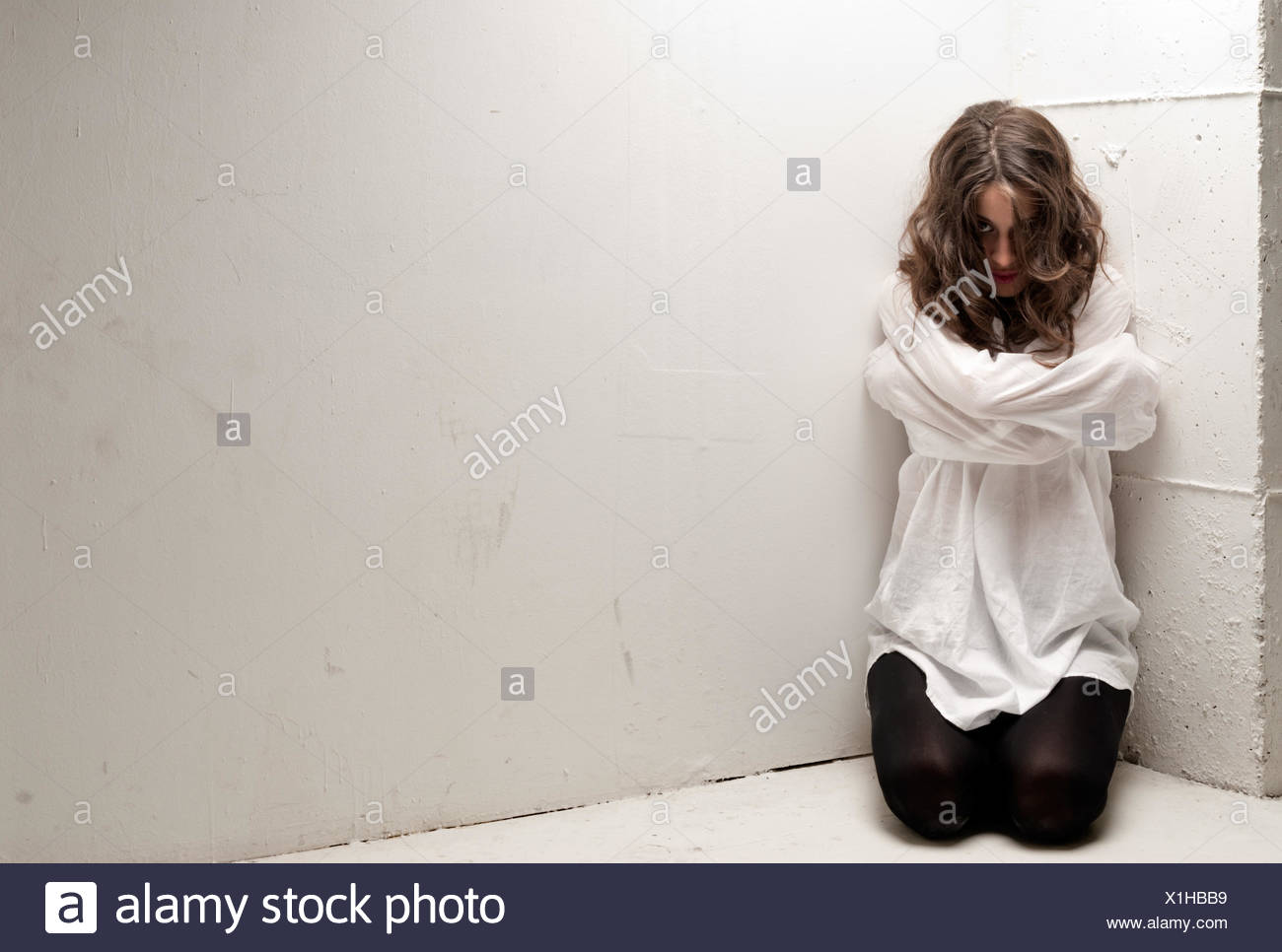 En Mujer De Con Joven A Mirando Demente Rodillas Fuerza Las Camisa Y4IZwZ5xq