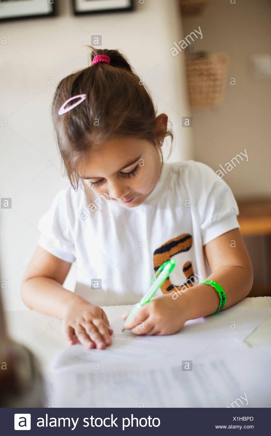 Chica (4-5) mirando hacia abajo y el dibujo Imagen De Stock
