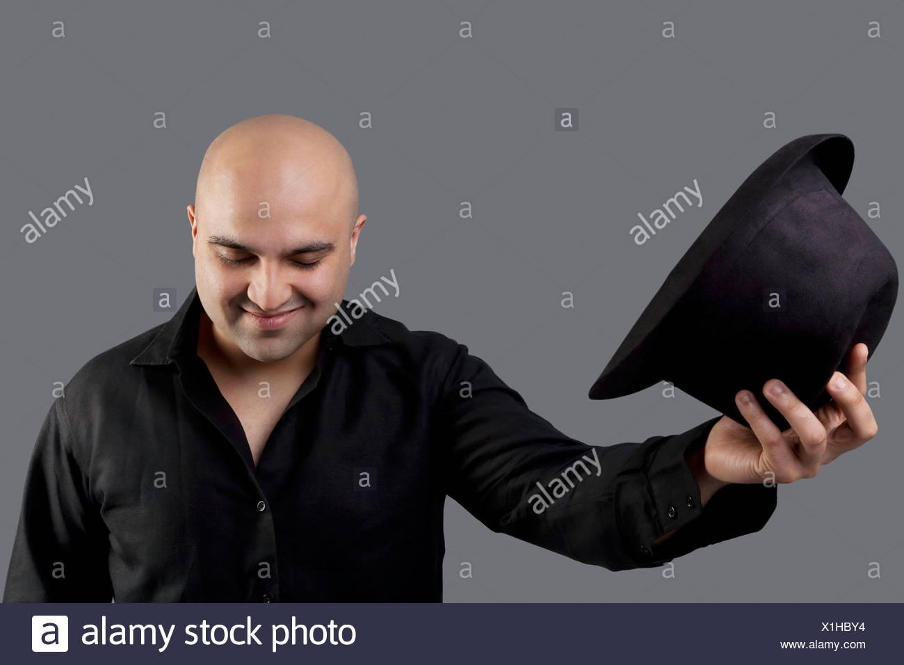 Hombre Calvo despegando su sombrero Foto de stock