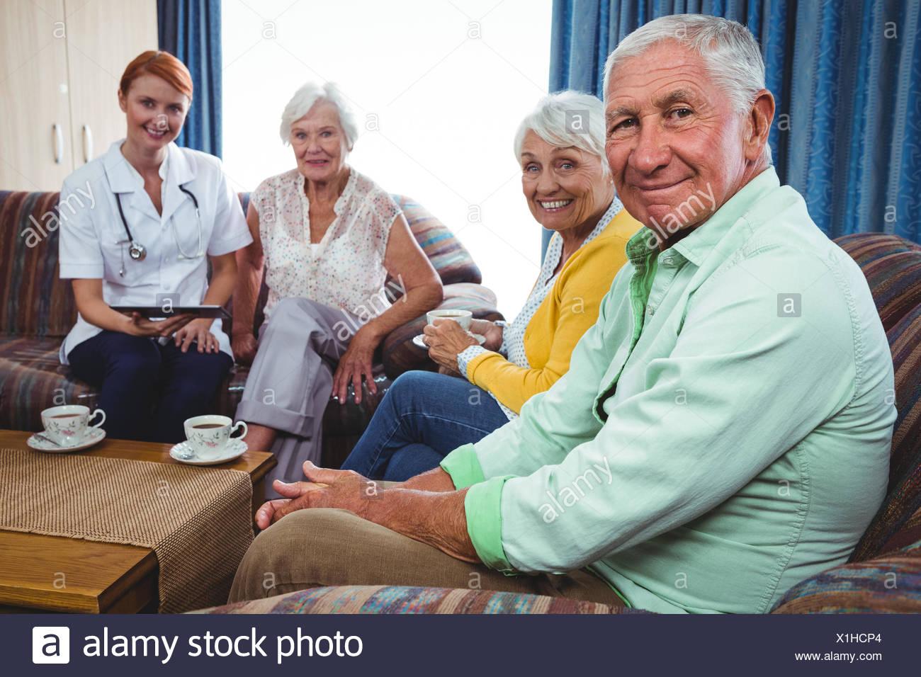 Retrato de sonriente jubilado mirando la cámara Imagen De Stock