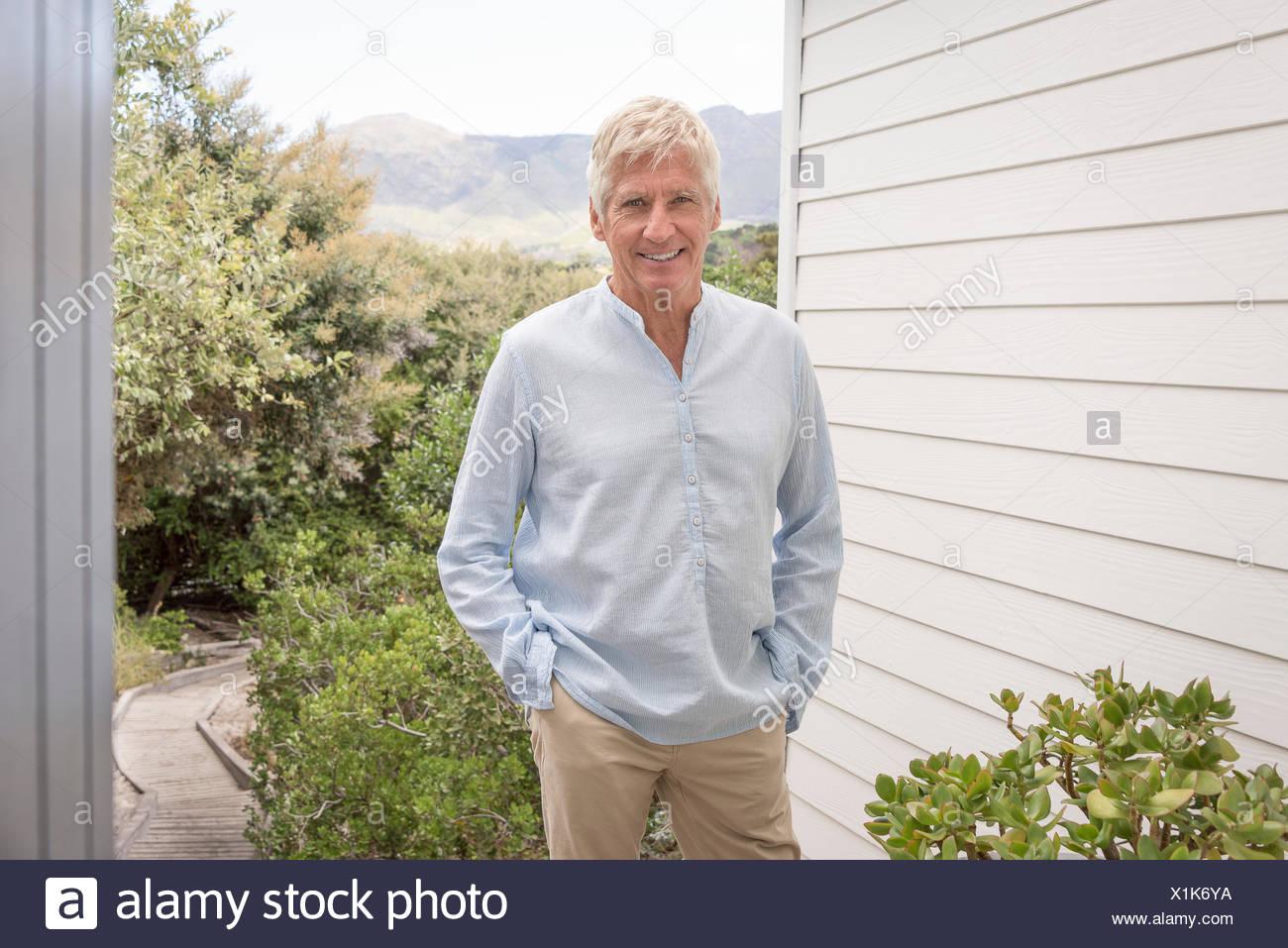 Retrato de feliz senior hombre sonriendo Imagen De Stock