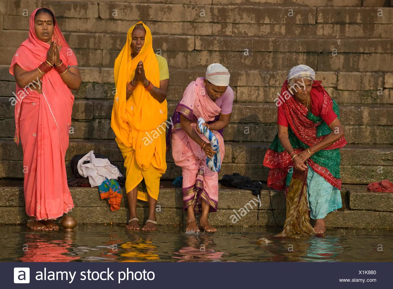 Las mujeres en la oración de la mañana hindú Puya, río Ganges, Varanasi, Uttar Pradesh, India, Asia Imagen De Stock