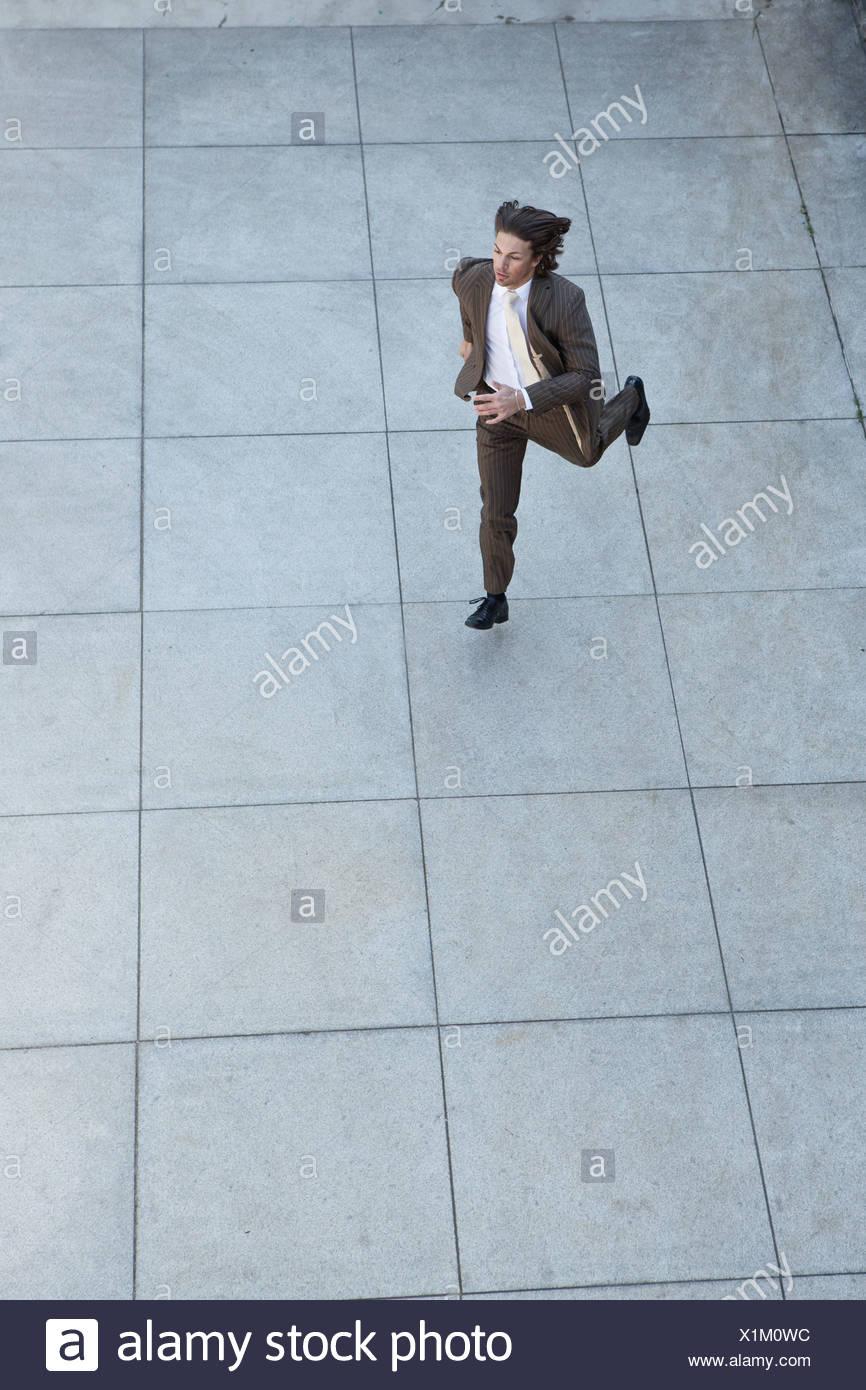 El empresario ejecuta en la plaza Imagen De Stock