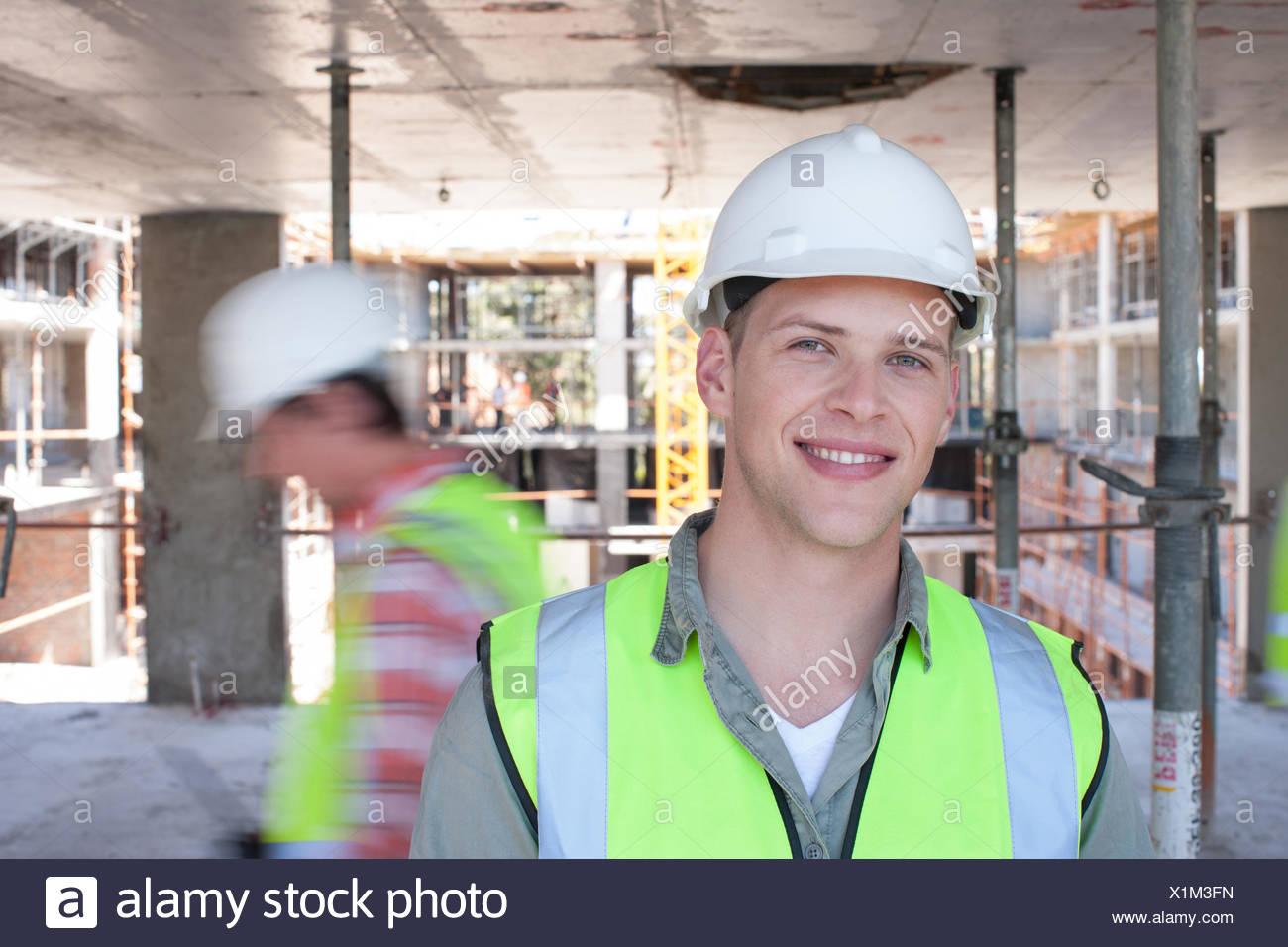 Los trabajadores de la construcción en el sitio de construcción Imagen De Stock