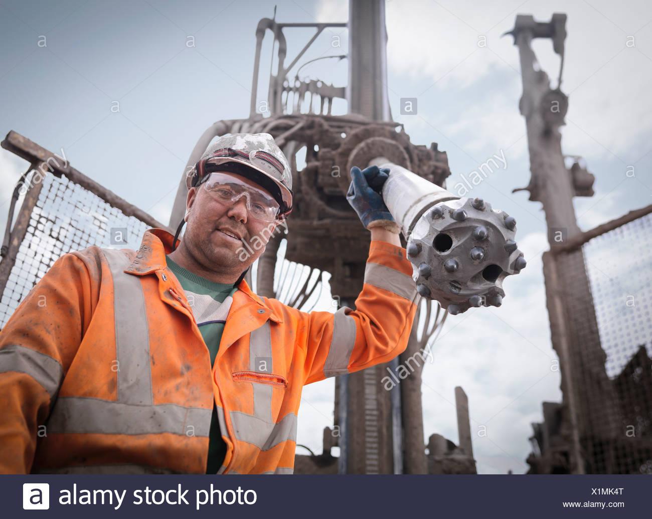 Retrato de perforación trabajador en sombrero duro y ropa de trabajo Imagen De Stock