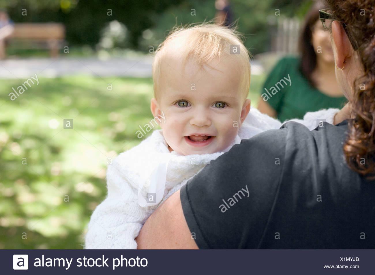 Una madre con su hija, sobre el hombro ver Foto de stock