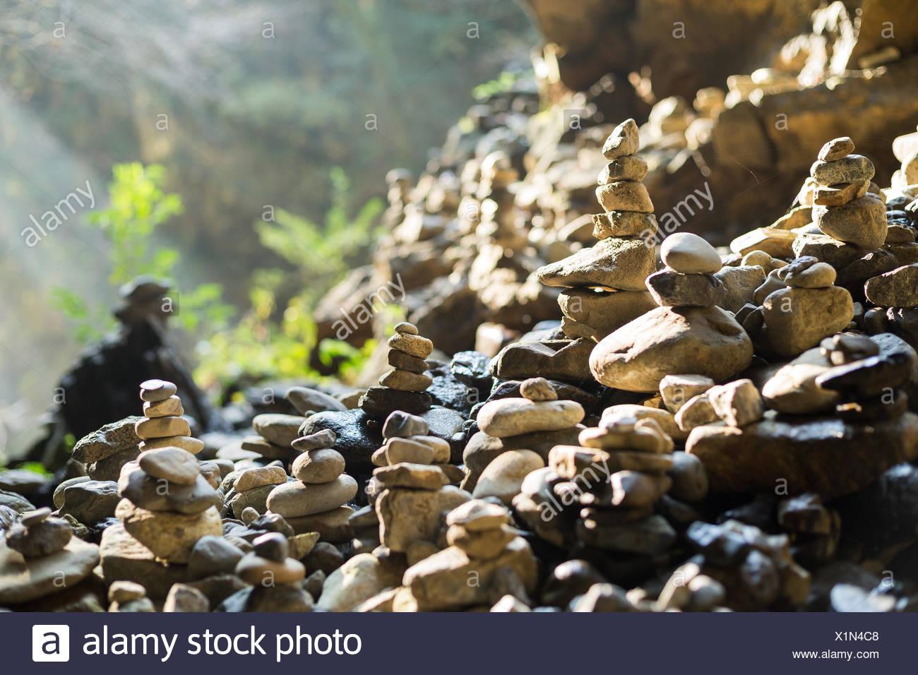 Pila de piedras en equilibrio en al aire libre Foto de stock