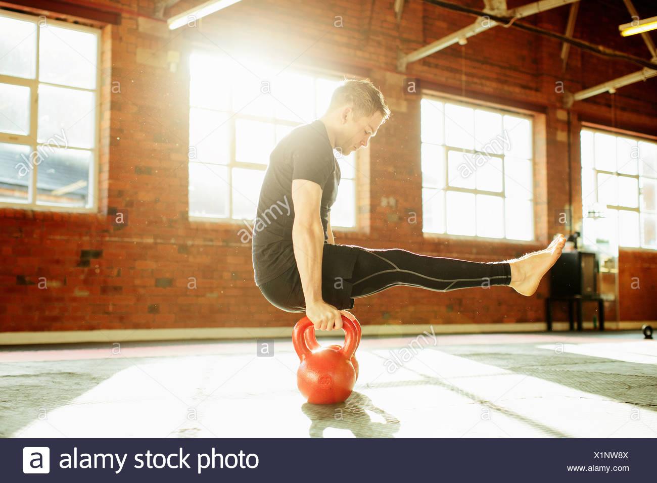 Hombre el entrenamiento de fuerza con kettle bells Imagen De Stock