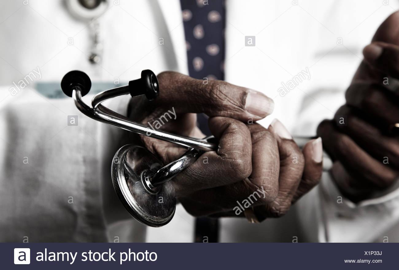 Doctor celebración estetoscopio Imagen De Stock