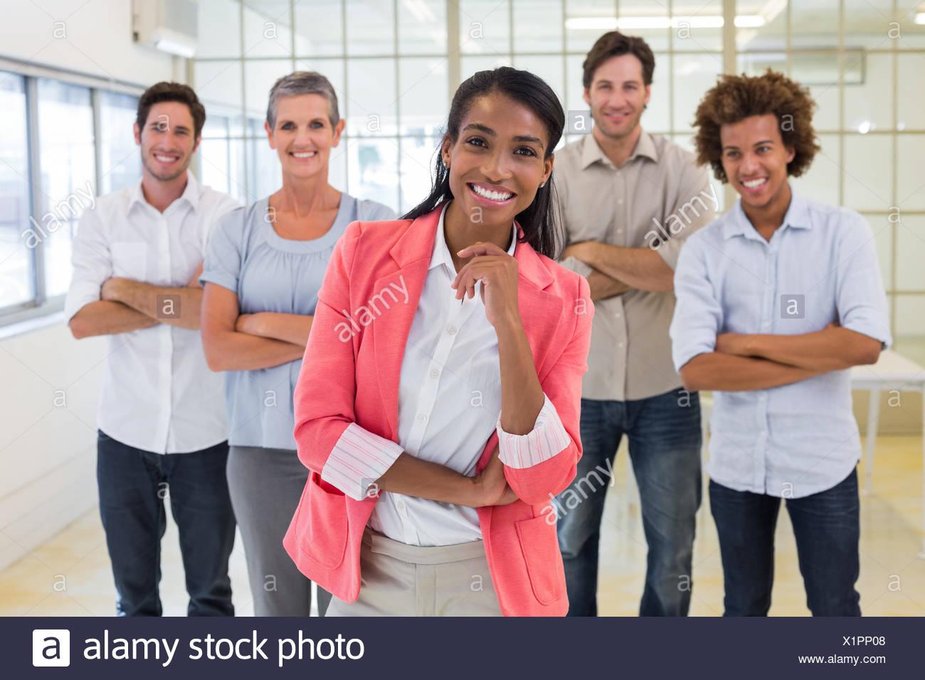 Los trabajadores estaban bien vestidos, con los brazos plegados sonriendo a la cámara Imagen De Stock