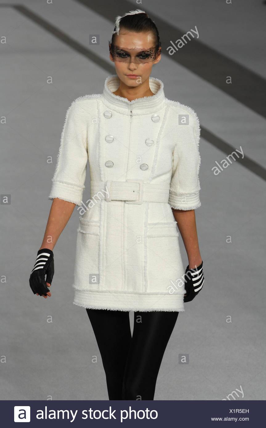 442561449 Paris Haute Couture Chanel Primavera Verano modelo morena de cabello negro