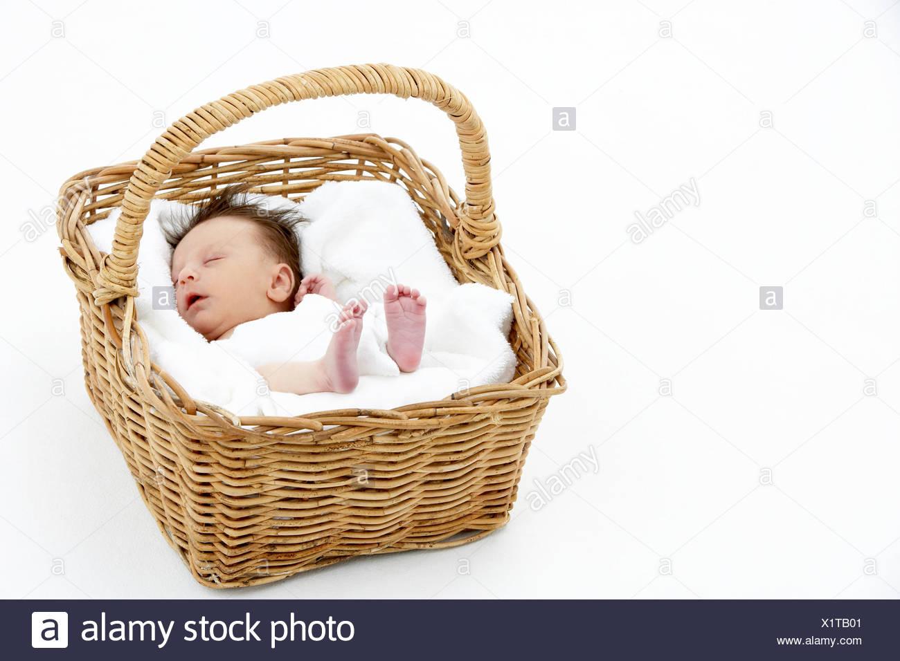 Canasta Para Bebe Recien Nacido.Bebe Recien Nacido Duerme En La Cesta Foto Imagen De Stock