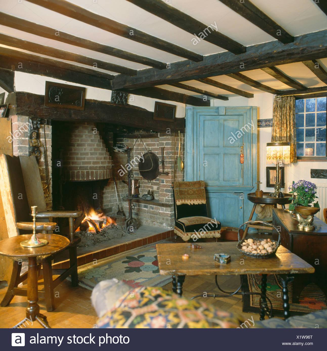 Antiguos muebles de madera de estilo rústico con vigas en casa salón ...