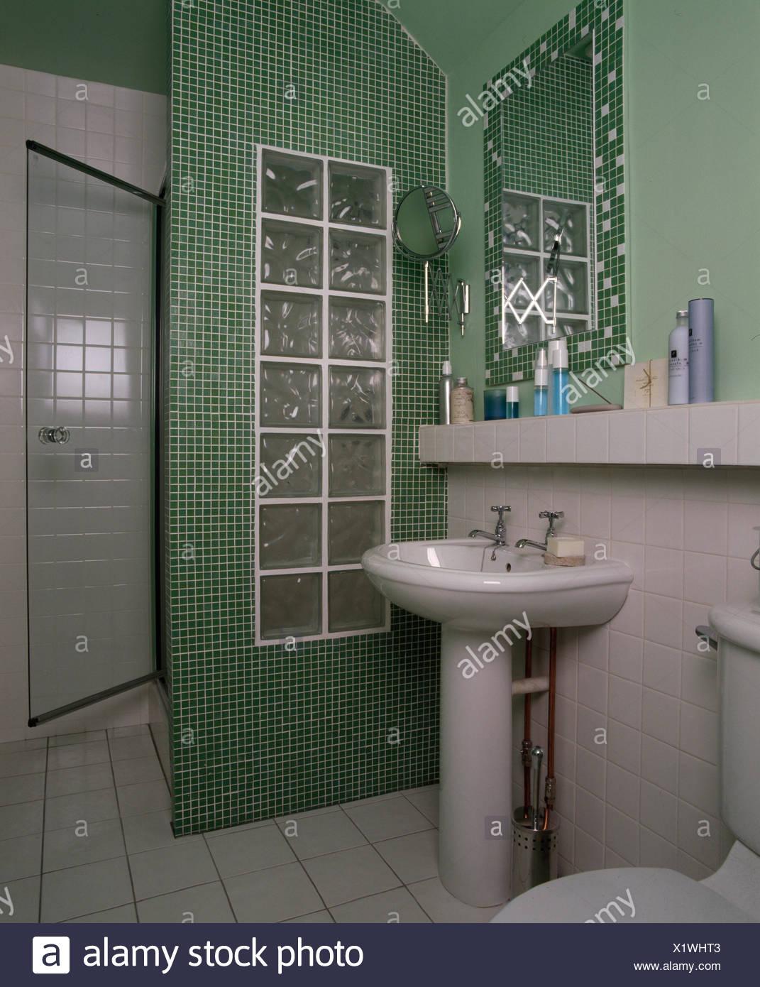 Baño Pequeño Con Ducha Formada De Mosaico Y Pared De Ladrillos De Vidrio Fotografía De Stock Alamy