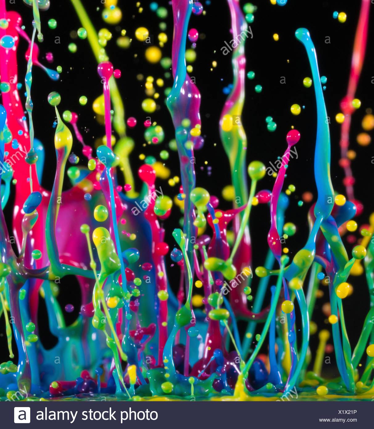 Pinceladas multicolores contra un fondo negro, Imagen De Stock
