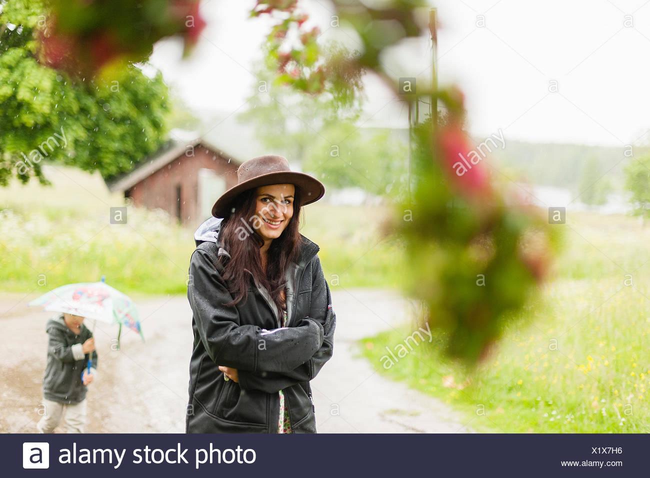 Suecia, Varmland, Filipstad, Gasborn, Horrsjon, Retrato de mujer de pie en la lluvia Imagen De Stock