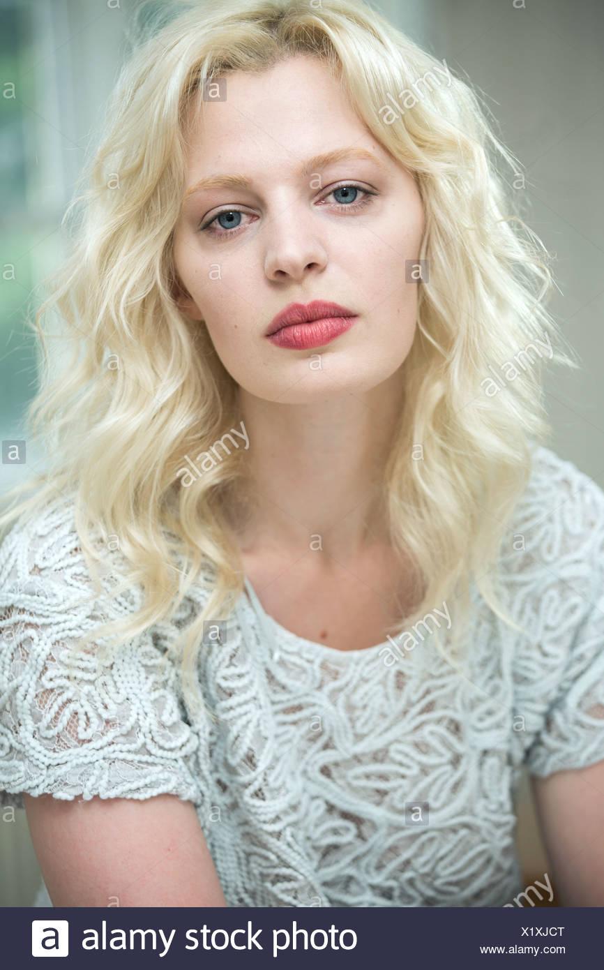 Retrato de una joven mujer rubia Imagen De Stock