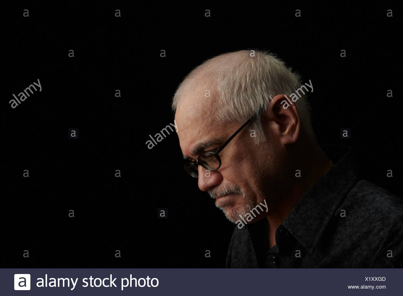Fruncir el ceño anciano llevar gafas. Imagen De Stock