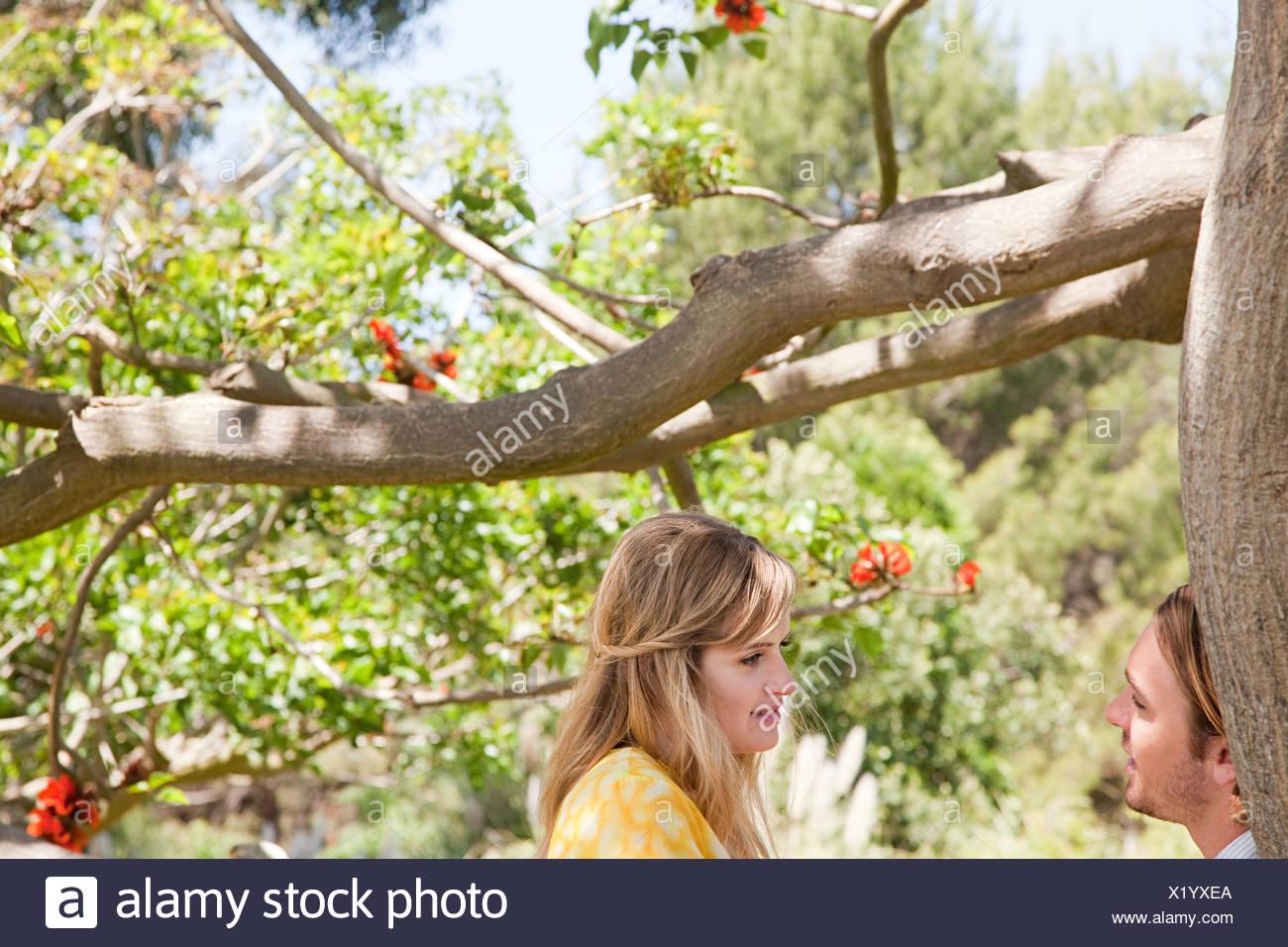 Pareja joven por un árbol Foto de stock