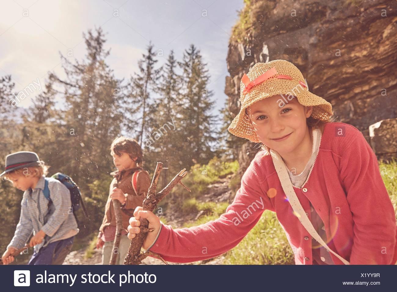 Tres niños explorando bosque Imagen De Stock