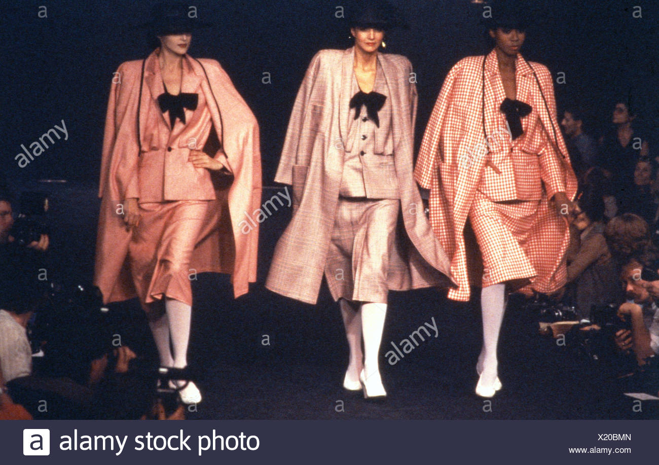 Verano de París Sonia Rykiel tres modelos llevando sombreros fedora negro y  rosa negra trajes arcos cc906714aee