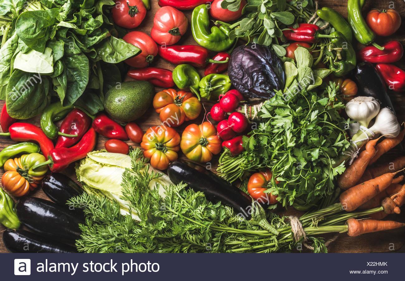 Variedad de resh vegetal crudo ingredientes para cocinar o ensalada saludable haciendo, vista superior. Concepto de comida vegetariana o dieta, horizo Foto de stock