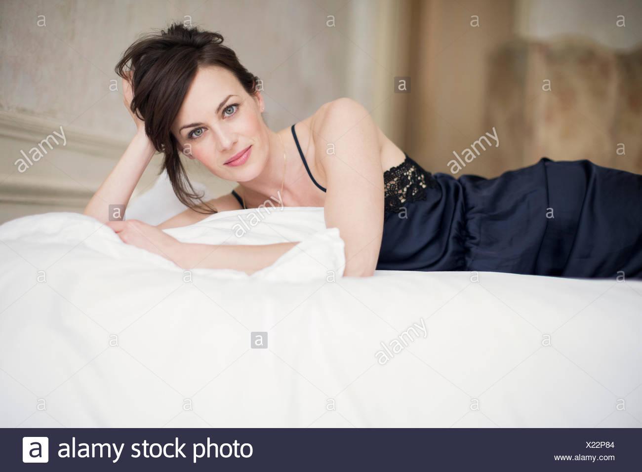 Retrato de una bella mujer acostada en la cama Imagen De Stock
