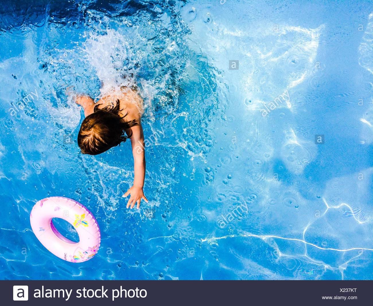 Persona nadar en una piscina Foto de stock