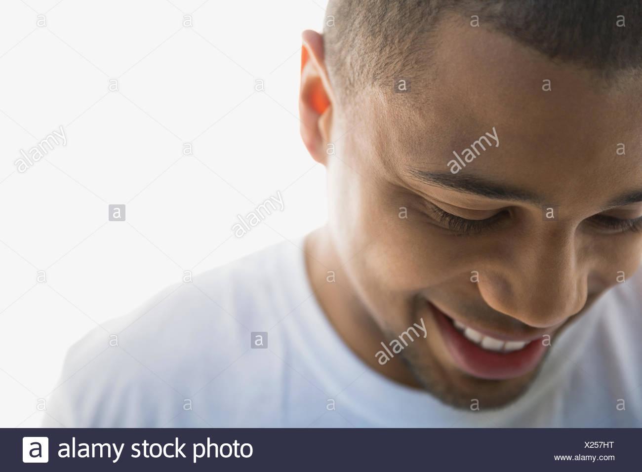Cerrar retrato del hombre sonriente mirando hacia abajo Imagen De Stock