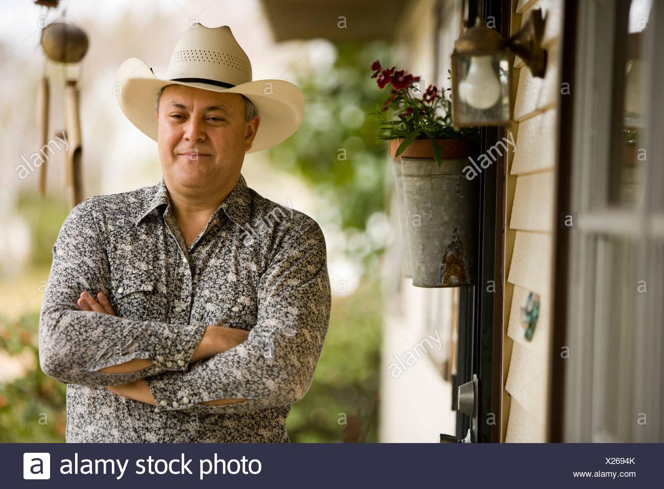Vista de un hombre maduro contemplativa llevar sombrero de cowboy en la  parte frontal de la 76cc3df3df9