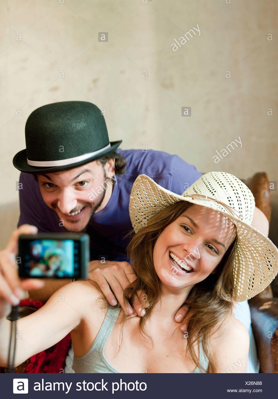 Pareja en sombreros teniendo propia fotografía Imagen De Stock