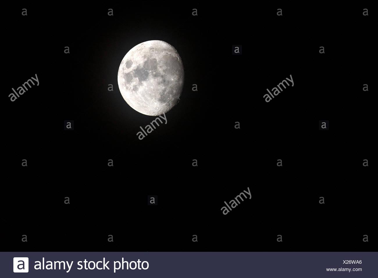 Tres cuartos el tamaño, la luna mostrando paisajes lunares. Imagen De Stock