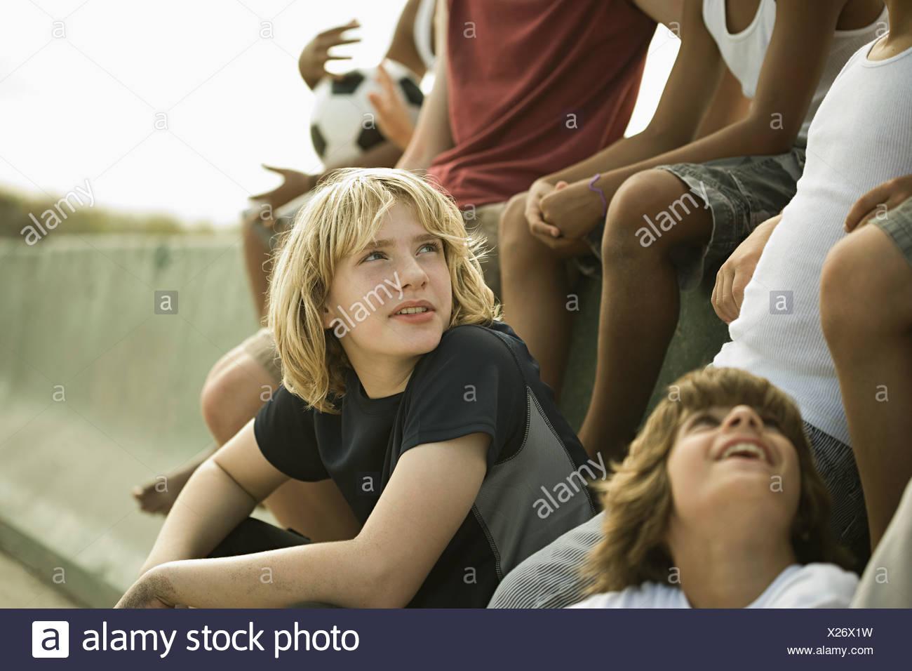 Grupo de muchachos por pared con el fútbol Imagen De Stock